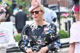 Tag dreiin Ascot ist traditionell der Ladies Day, weshalbZara Tindallohne ihren Ehemann Mike Tindall das Pferderennen besucht. Passend zum tollen Wetter trägt sie ein florales Kleid von Erdem und kombiniert dazu rosafarbene Accessoires.
