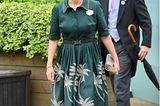AuchGräfin Sophievon Wessexsetzt auf Blumen, in Form einesaufgestickten Prints auf ihrem Kleid von Suzannah London. Schönes Detail: Der Gürtel mit Schmuckschnalle, der die schmale Taille der Royal betont. Die beigefarbenen Accessoires bilden einen schönen Kontrast, stehlen dem Kleid aber nicht die Show.