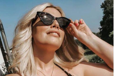 Uh là là! Angelina Kirsch genießt die sommerlichen Temperaturen in einem schwarzen Bikini mit Schnallendetails. Coole Pose, Sonnenbrille auf – fertig ist das perfekte Sommer-Selfie!