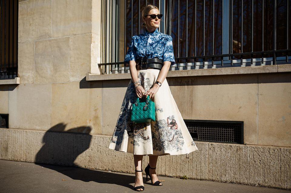 40er Jahre Mode: Frau vor Gebäude