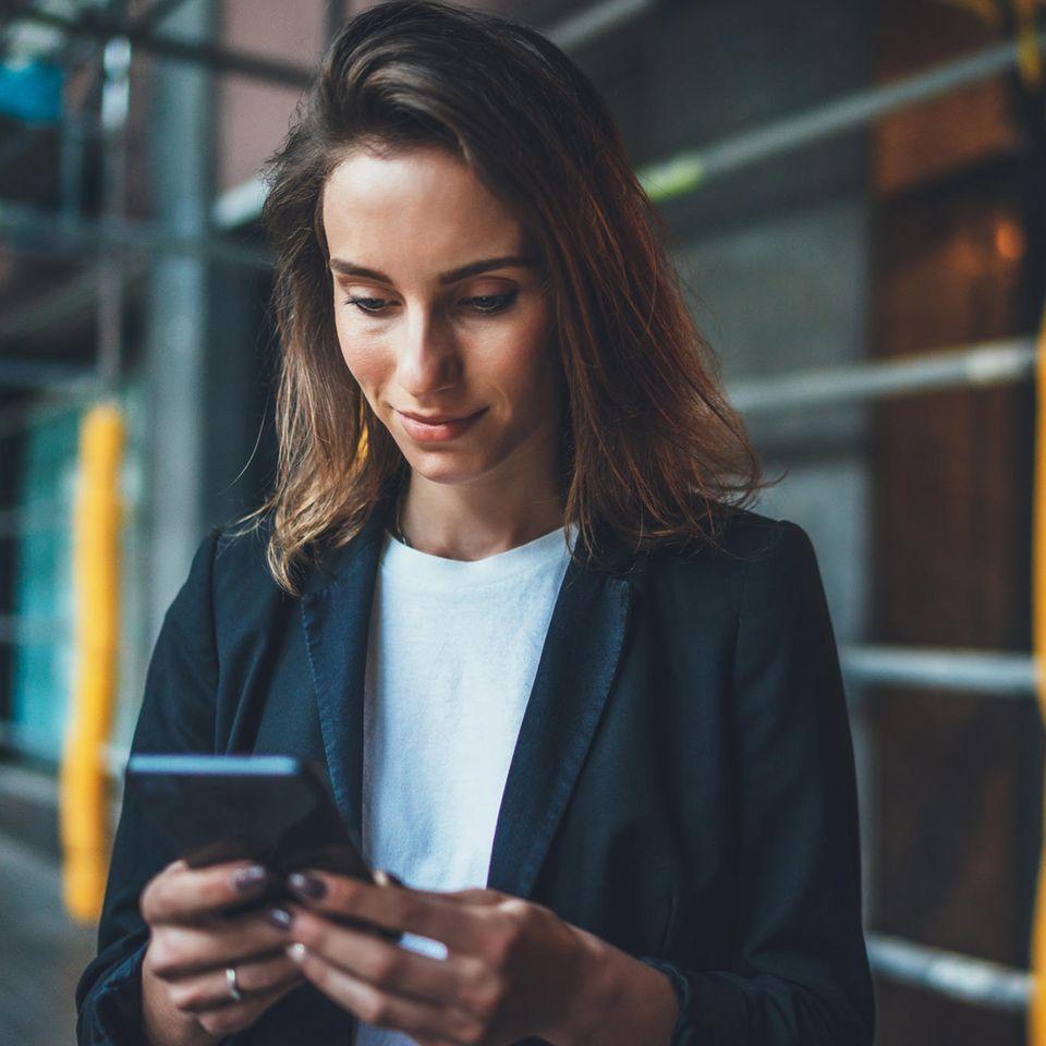 """""""Hallo Mama, ich habe eine Frage"""": Frau mit Smartphone"""