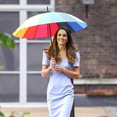 """Herzogin Kate lässt sich trotz Regen nicht die gute Laune verderben. Kein Wunder, geht es heute (18. Juni) um ihr Herzensprojekt""""Royal Foundation Centre of Early Childhood"""". Anlässlich dessen wählt die Dreifach-Mutter ein sommerliches Kleid in einem pastelligen Lilatonvon L.K. Benett für rund 305 Euro. Der Etui-Schnitt des Kleides sowie die angesagten Puffärmel zaubern ihr eine tolle Silhouette. Abgerundet wird der Look mit nudefarbenen Pumps und goldenenKetten im Layering-Look."""