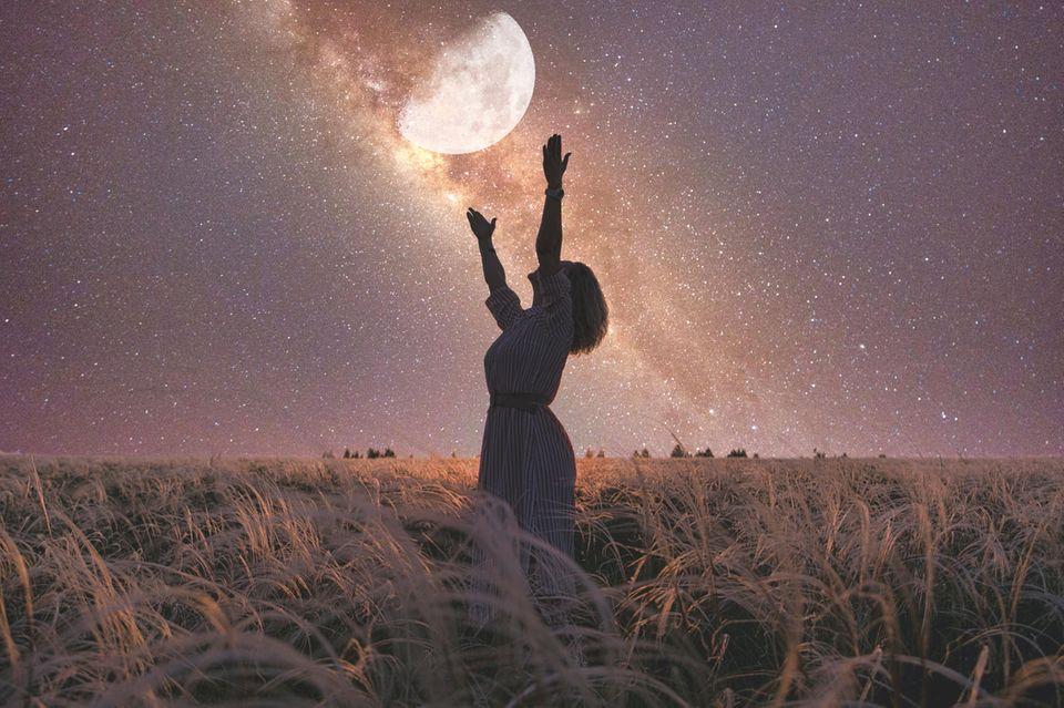 Frau unter dem Mond in einer Sommernacht