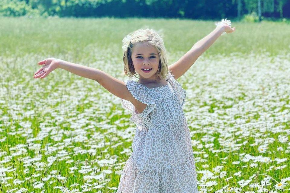 Nach eineinhalb Jahren kehrt Prinzessin Madeleine mit ihrer Familie nach Schweden zurück - zumindest für ein paar Wochen. Darüber scheint sich auch ihre Tochter, Prinzessin Leonore, zu freuen! Auf einem Foto, das Madeleine auf Instagram postet, hüpft sie fröhlich über eine Blumenwiese. Das Kleidchen mit Leo-Print ist ein Mitbringsel aus der Wahlheimat Miami, es stammt vom amerikanischen Label J.Crew und kostet rund 71 Euro.