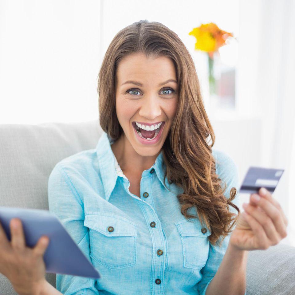 Amazon Prime Day 2021: Die besten Deals, Junge Frau freut sich über Angebote