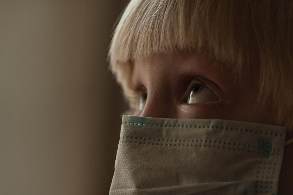 Kinderschutzbund: Kind mit Maske