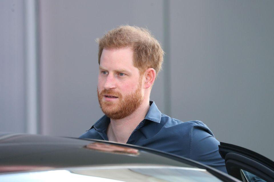 Prinz Harry verlässt eine Limousine
