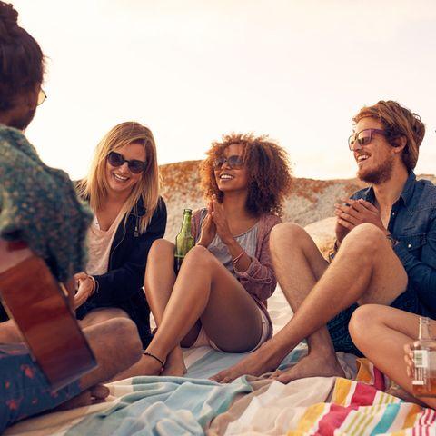 Psychologie: Eine Gruppe von Freundinnen am Strand