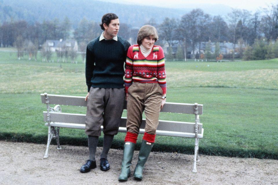 Charles und Diana Seite an Seite vor einer Parkbank