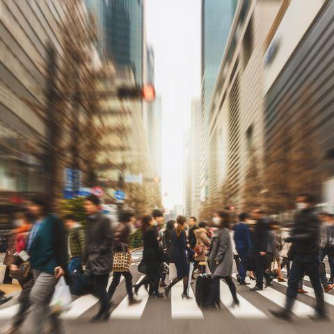 Japan: Zebrastreifen wird von Menschenmenge überquert