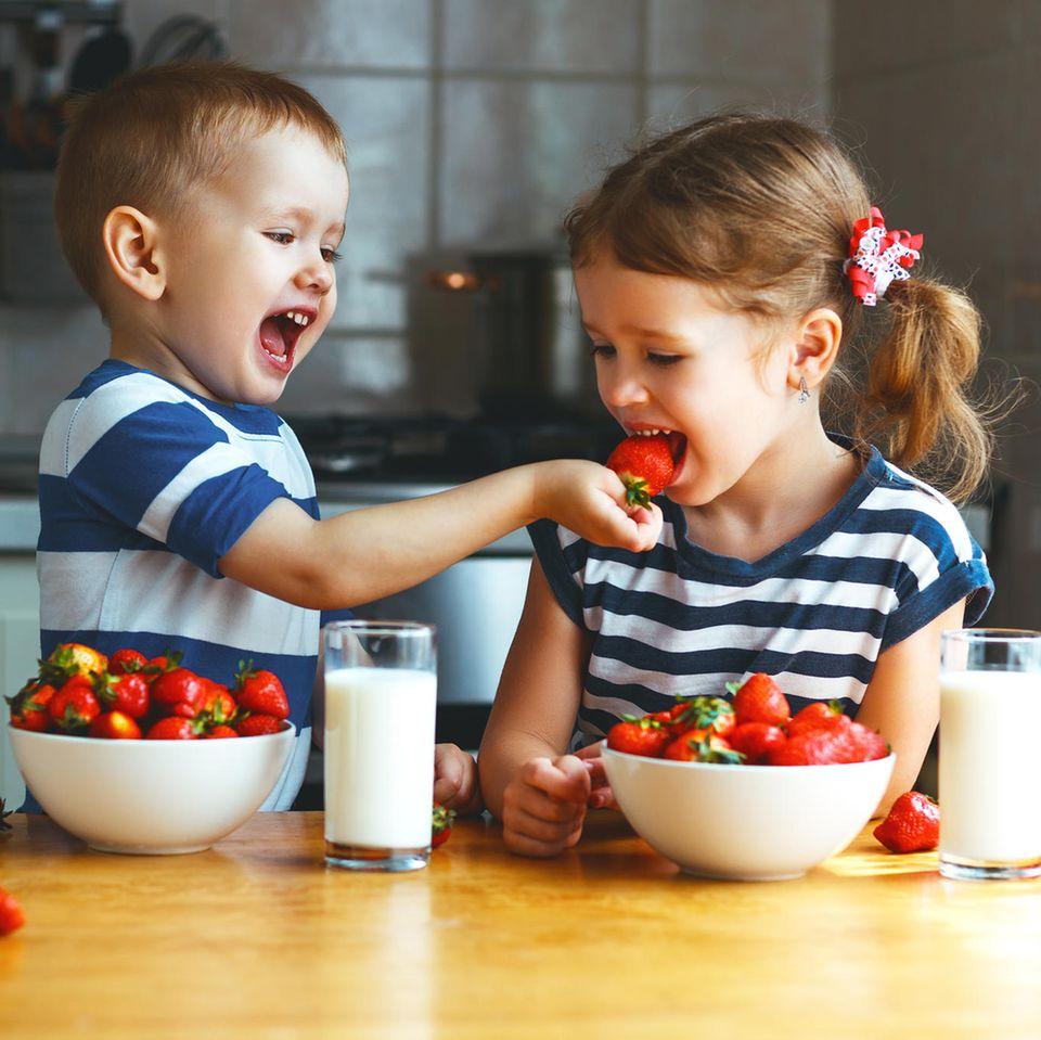 Kinder essen Erdbeeren