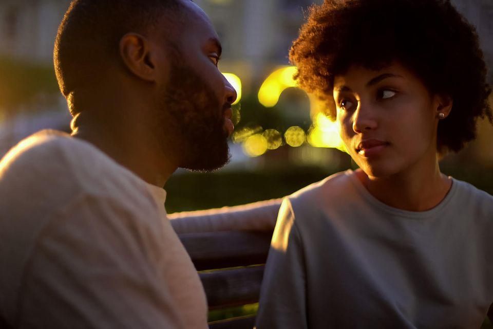 Psychologie: Ein Paar sitzt draußen auf der Bank
