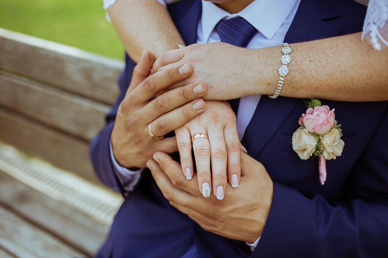 Alzheimer: Hände eines Brautpaares
