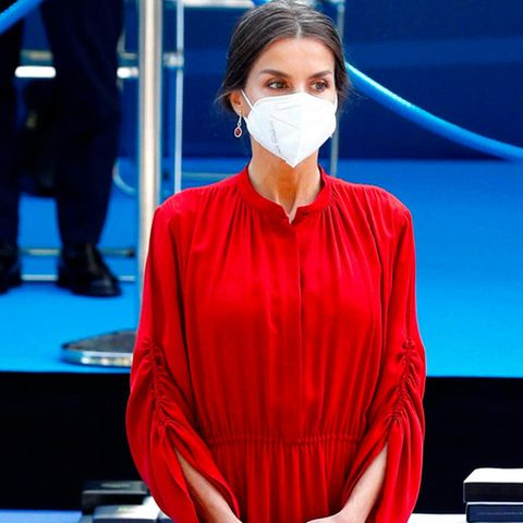 Königin Letizia setzt bei den Feierlichkeiten des Schutzpatrons der städtischen Polizei in Madrid auf die Signalfarbe Rot. In ihrem knalligen Kleid von Salvatore Ferragamo macht die spanische Königin ordentlich was her. Bei ihrem Schuhwerk greift sie – wie schon so oft – zu ihren Lieblingsschuhen: beigefarbeneSlingback-Pumps von Carolina Herrera.