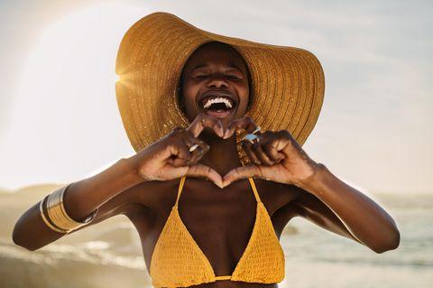 Triangel-Bikini ganz neu stylen: Frau im Bikini am Strand