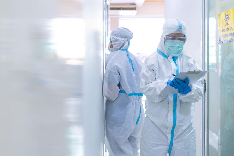 Corona aktuell: Krankenhaus-Mitarbeiter in Schutzkleidung
