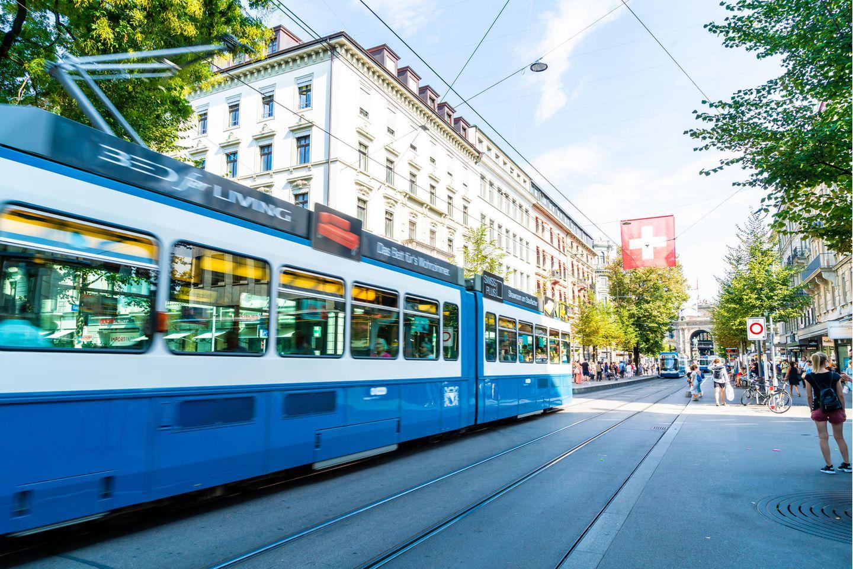 Tram fährt auf Straße in der Schweiz
