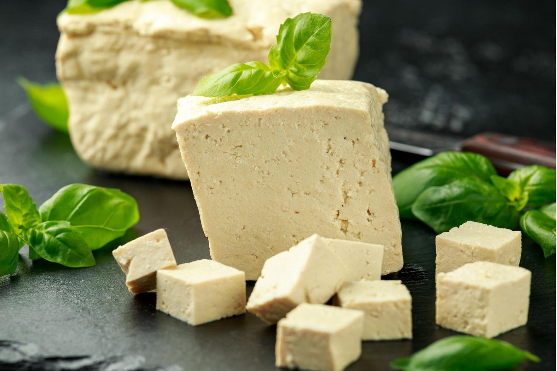Tofu einfrieren: Naturtofu auf einem Brett