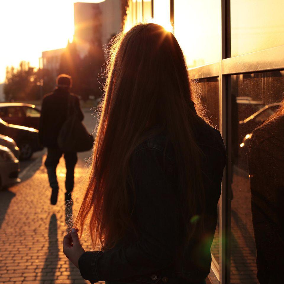 Diese Sternzeichen verlieben sich fast immer in die falsche Person: Frau beobachtet Mann