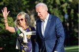 First Lady Dr. Jill Biden hat ein Händchen für Mode. Das beweist sie mal wieder bei der Ankunft im Weißen Haus. Sie kombiniert ein dunkelblaues Midikleid mit Flower-Print zu sommerlichen Wedges mit Schnürbändern. Diese Schuhe sind übrigens absolute Must-haves für den Sommer! Die coole Fliegerbrille und der Pullover um ihreSchultern geben ihrem Outfit eine gewisse Lässigkeit.