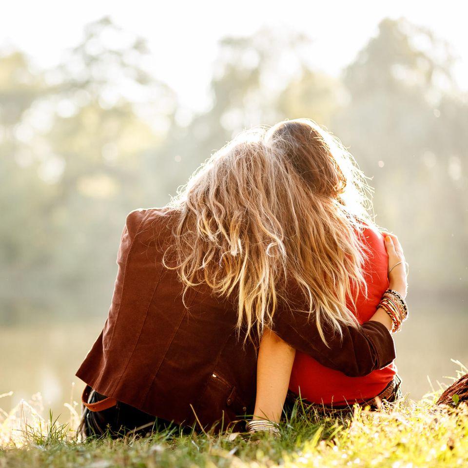 Psychologie: zwei Freundinnen an einem See