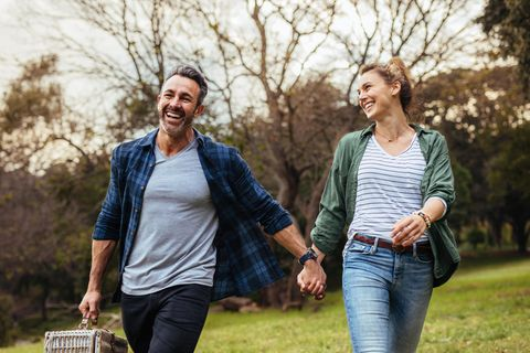 Beziehung: Ein Paar geht Hand in Hand spazieren