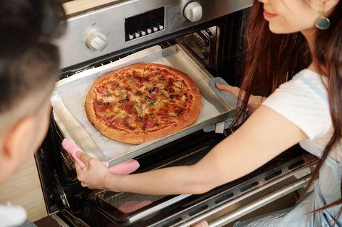 Pizza backen mit Pizza-Funktion am Ofen