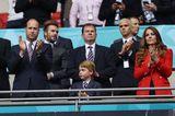 """Auch die Royals sind im EM-Fieber! Prinz Charles, Herzogin Catherine und sogar der kleine Prinz George feuern die englische Nationalmannschaft beim Spiel gegen Deutschland an. Zur Enttäuschung der Deutschen. Doch nicht nur die sportliche Leistung der Endländer überzeugt. Auch Kate macht in ihrem knalligen """"Zara""""-Blazer ordentlich was her."""