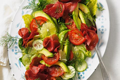 Avocado-Tomaten-Gurken-Salat mit Bresaola
