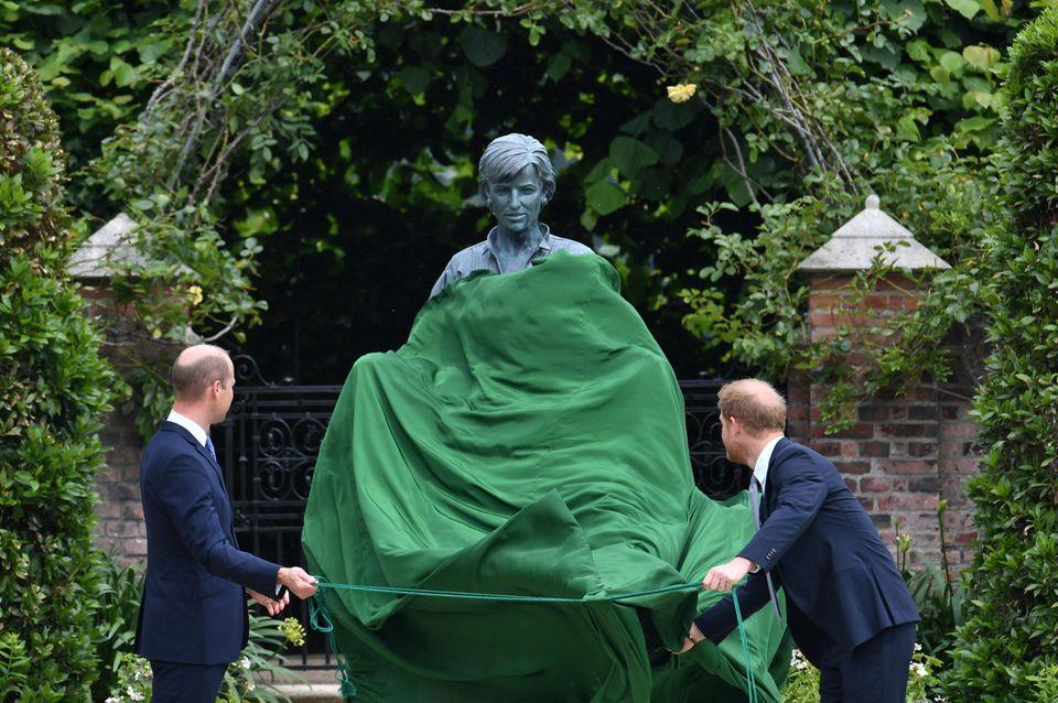 """Prinz William + Prinz Harry: """"Jeden Tag wünschen wir uns, sie wäre noch immer bei uns"""": Prinz William + Prinz Harry"""