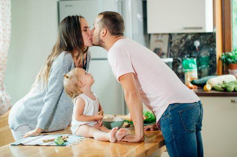 Kind mag neuen Partner nicht: Küssendes Paar mit Kind