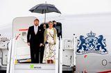 Zum Staatsbesuch von Königin Máxima und König Willem-Alexander zeigt sich Berlin nicht gerade von seiner sonnigen Seite.Máxima zeigt sich gewohnt stylisch in einem weißen Vokuhila-Kleid mit auffälligemMuster. Wer genauer hinsieht, erkennt, dass das Muster auch aufihrem Haarreifen zu erkennen ist. Ein perfekt durchdachter Look...