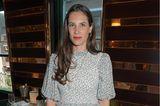 Tatiana Santo Domingo Casiraghi steht in einem Restaurant und schaut in die Kamera.