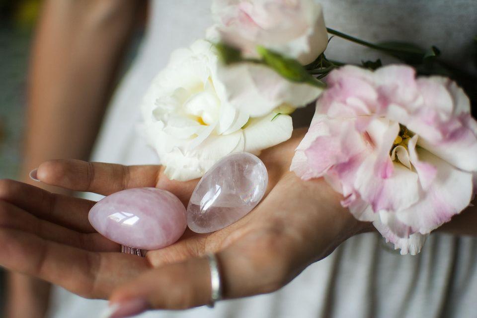 Yoni Ei: Anwendungstipps für die Liebeskugeln, Frau hält zwei Yoni Eier in der Hand