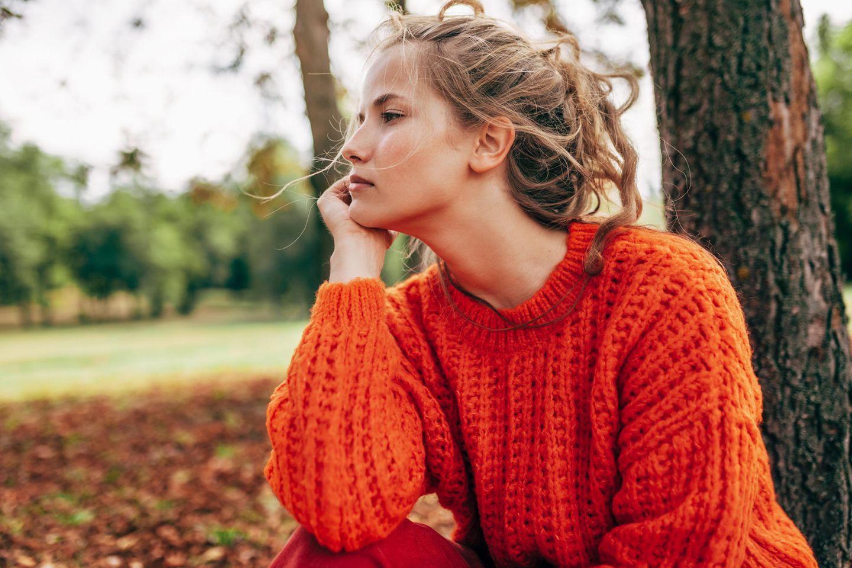 Psychologie: eine junge, nachdenkliche Frau