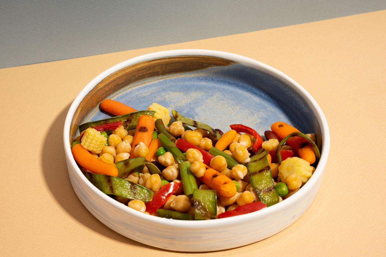 Minimalismus-Küche: Gemüse auf Teller