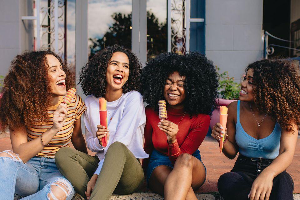 Locken stylen: Freundinnen mit Locken lachen gemeinsam