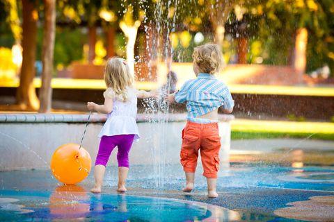 Berlin: Zwei spielende Kinder am Wasserspielplatz