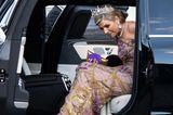 Denn als Königin Máxima aus dem Auto steigt, sehen wir sie: Die 13,5-Zentimeter-hohen-Sandaletten in Metallic-Gold von Gianvito Rossi. Ganz schön hot, liebe Máxima!
