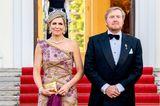 Königin Máxima und König Willem-Alexander zeigen sich in Berlin von ihrer glamourösen Seite. In einem Abendkleid vonJan Taminiau zieht die Mutter von drei Töchtern alle Blicke auf sich. Aber nicht nur der One-Shoulder-Schnitt und die 3D-Blumen-Applikation des Kleides sind bemerkenswert, auch der edle Schmuckbleibt nicht ungesehen. Ganz im Gegensatz zu ihren Schuhen, auf die wir nur ganz zufällig einen Blick erhaschen ...