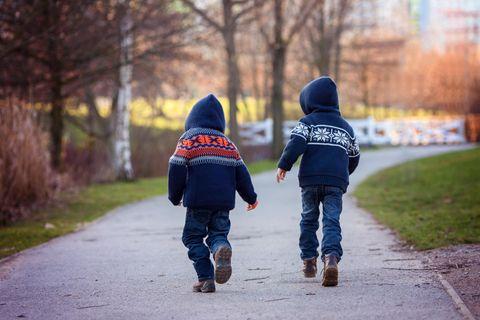 Familien-Notunterkunft: Zwei Kinder auf einem Weg im Park