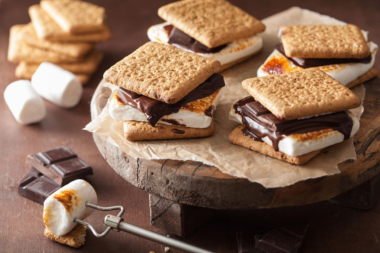 S'mores: Marshmellows zwischen zwei Keksen mit Schokolade