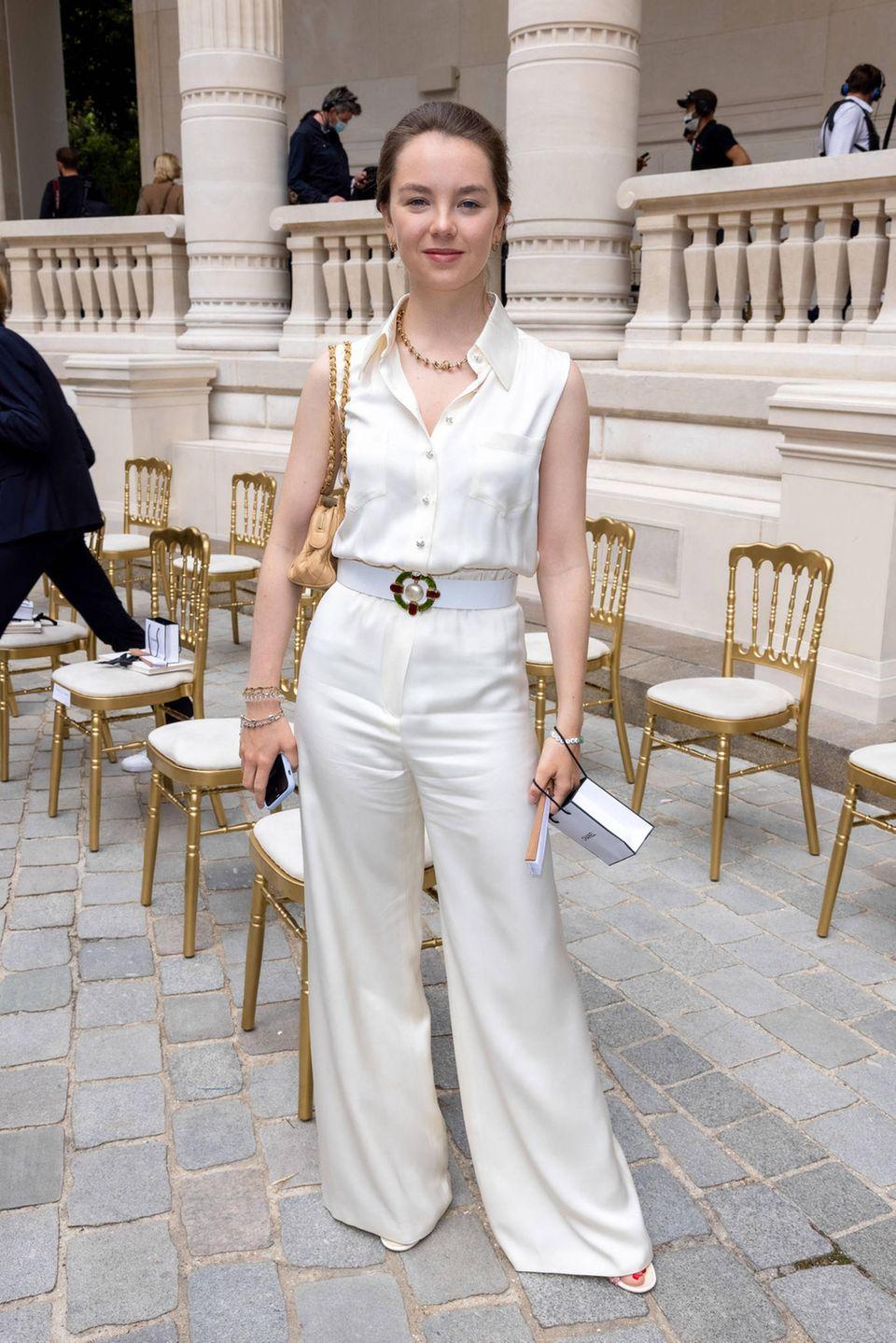 Alexandra von Hannover bei der Chanel Haute Couture Show in Paris. Sie setzt auf eine weite Hose aus hellem Satin.