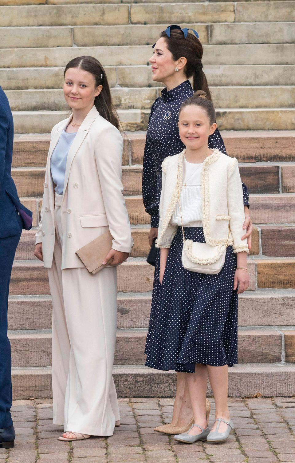 Isabella von Dänemark setzt auf eine creme-weiße Kombination aus Schlaghose und Oversize-Blazer.