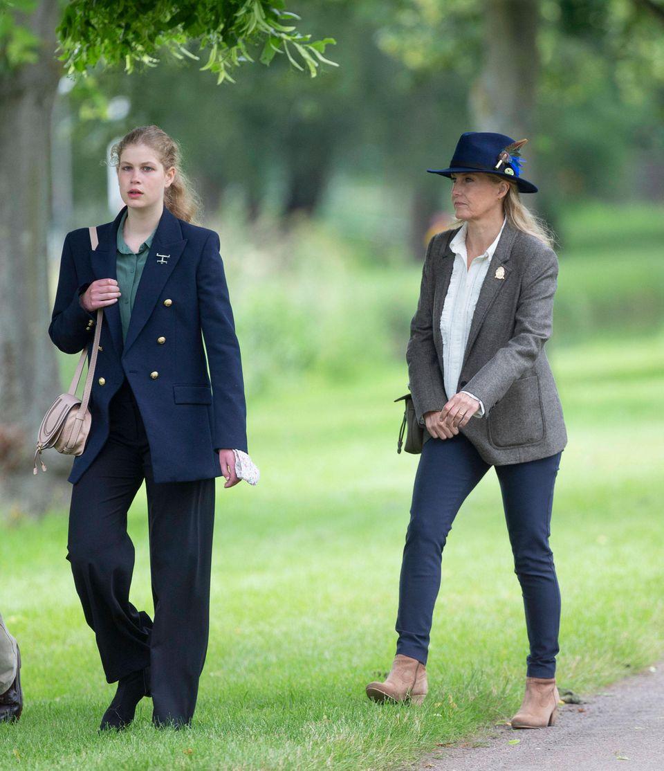 Lady Louise zeigt sich in einer schwarzen Wide Leg Hose und einem dunkelblauem Blazer.