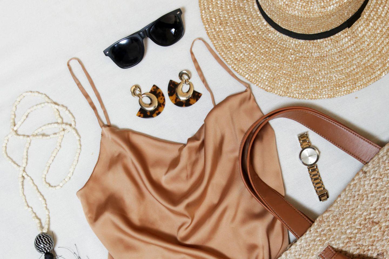 Sommerkleider 2021: Slipdress mit Sommer-Accessoires