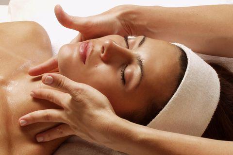 Beauty Treatments: Frau Kosmetik bei der Gesichtsmassage