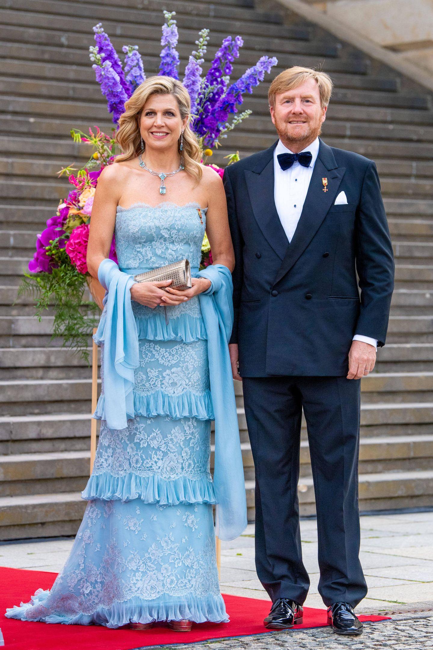 Königin Máxima und König Willem-Alexander stehen auf der Treppe vor dem Konzerthaus