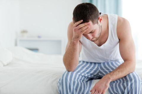 Langzeitfolgen nach Infekt: Mann hält sich den Kopf
