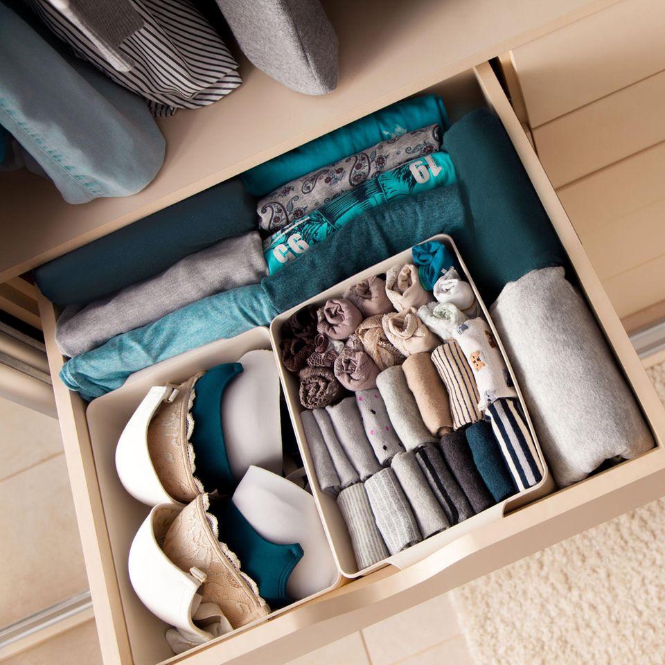 Kleiderschrank aufräumen: ordentliche Schublade im Schrank